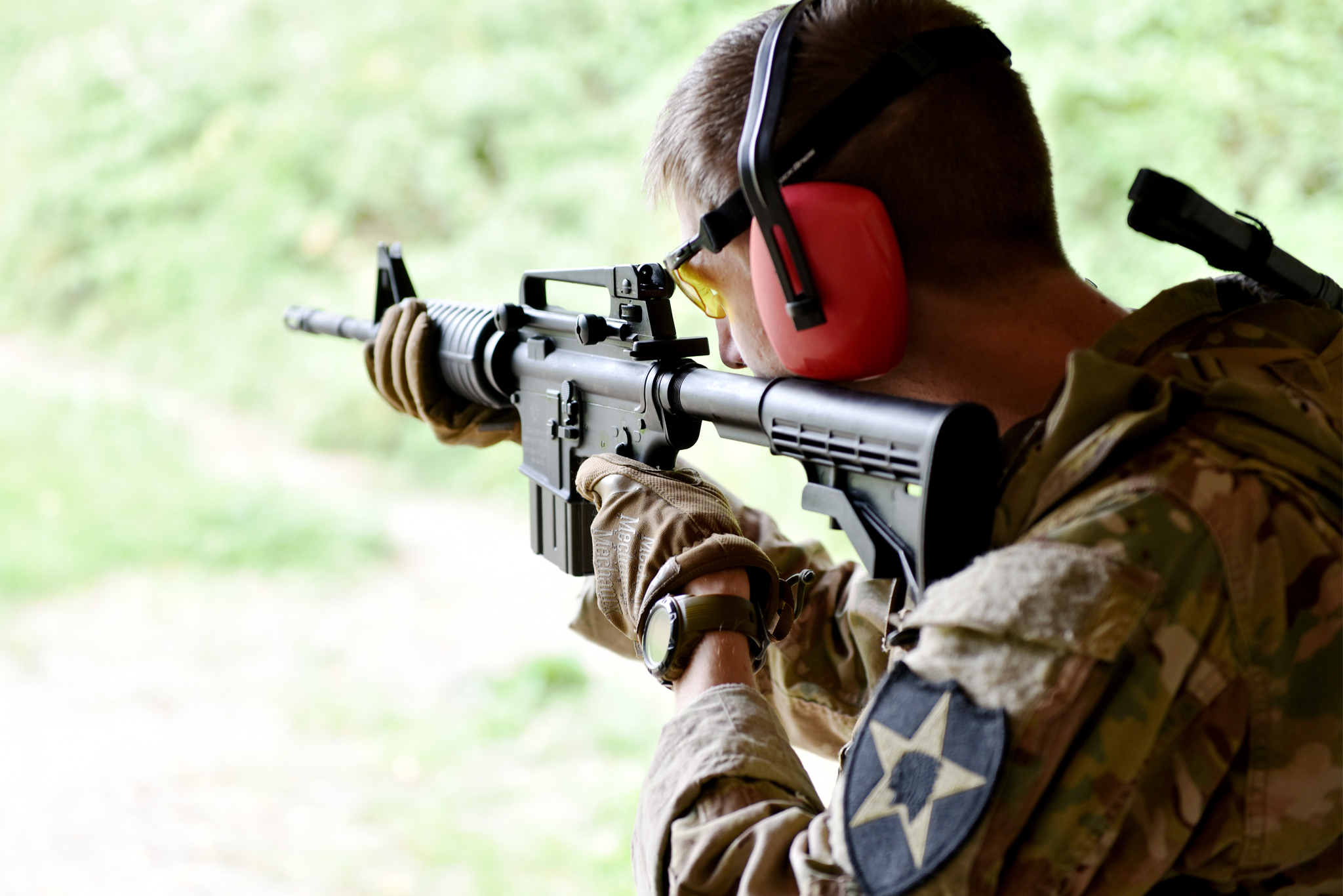 Výhodou karabiny M4 je, že ji mohou používat stejně pohodlně praváci i leváci. Ostré střelby z karabiny Colt M4 v ráži .223