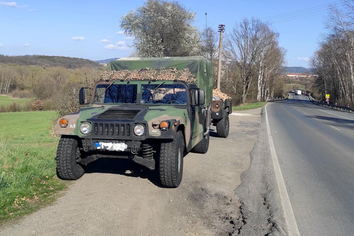 Vozidlo HMMWV při zastávce na cestě na akci