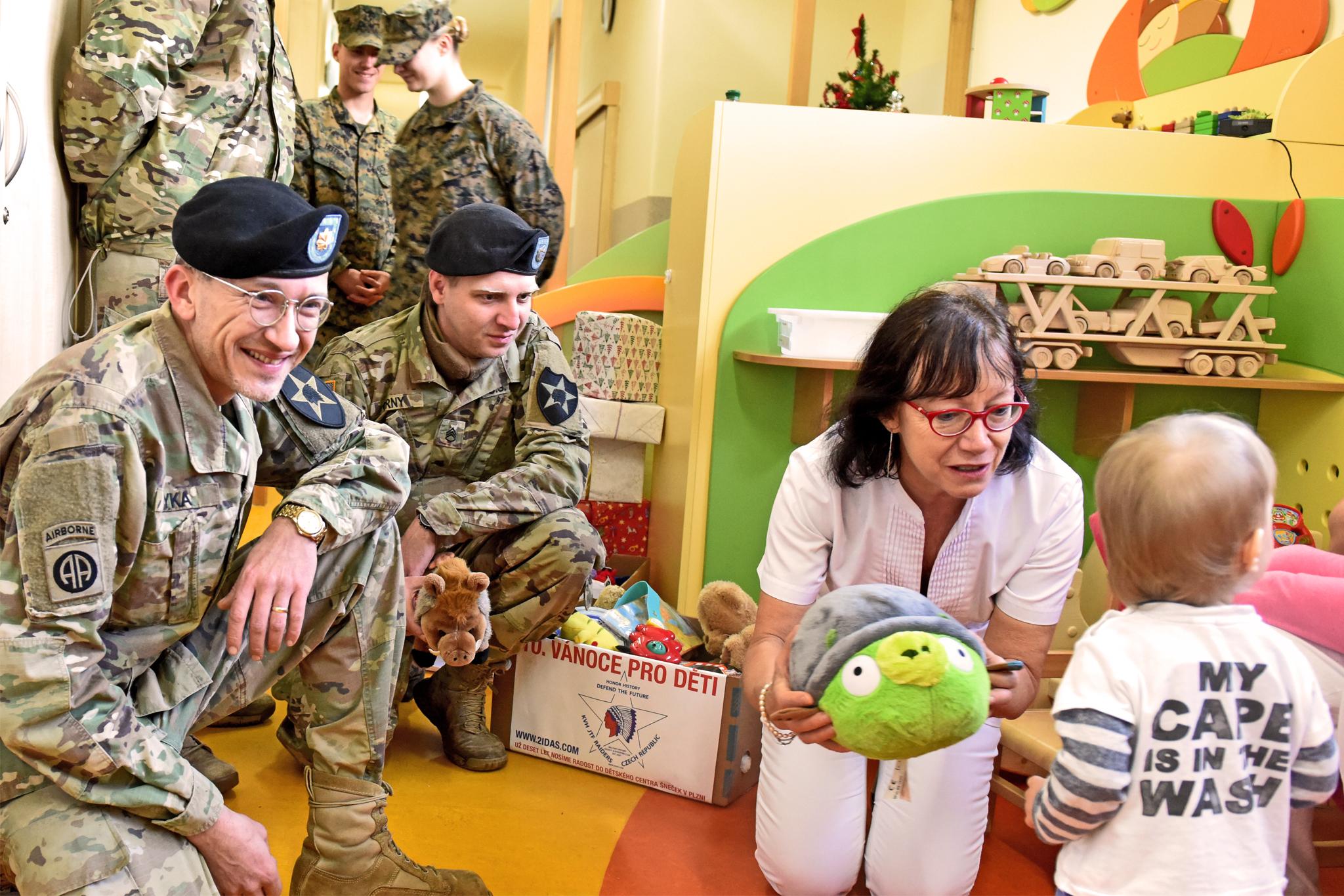 Členové 2IDAS při každoroční charitativní nadílce v dětském centru v Plzni