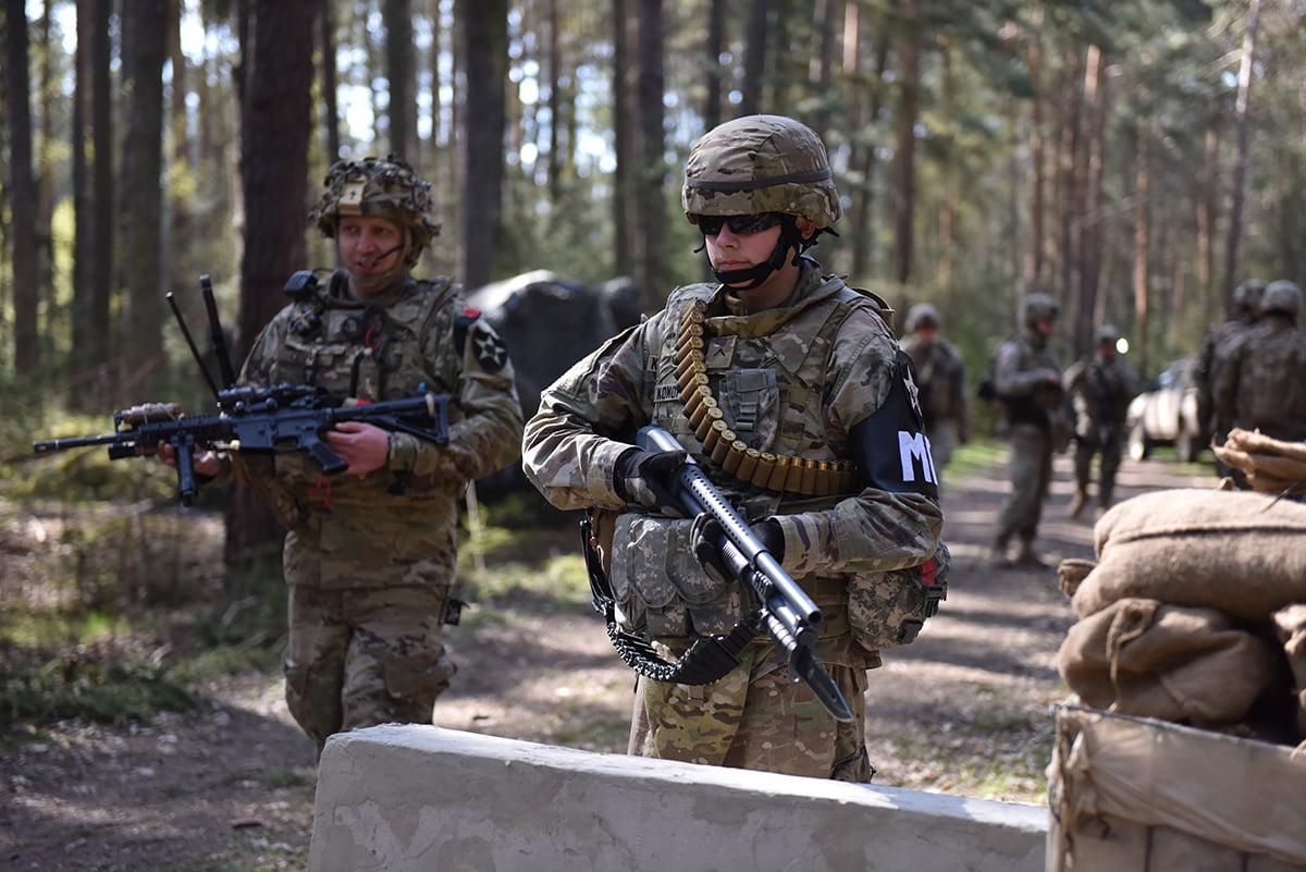 Vojenský policista Druhé pěší dvize s brokovnicí Mosberg M500A1