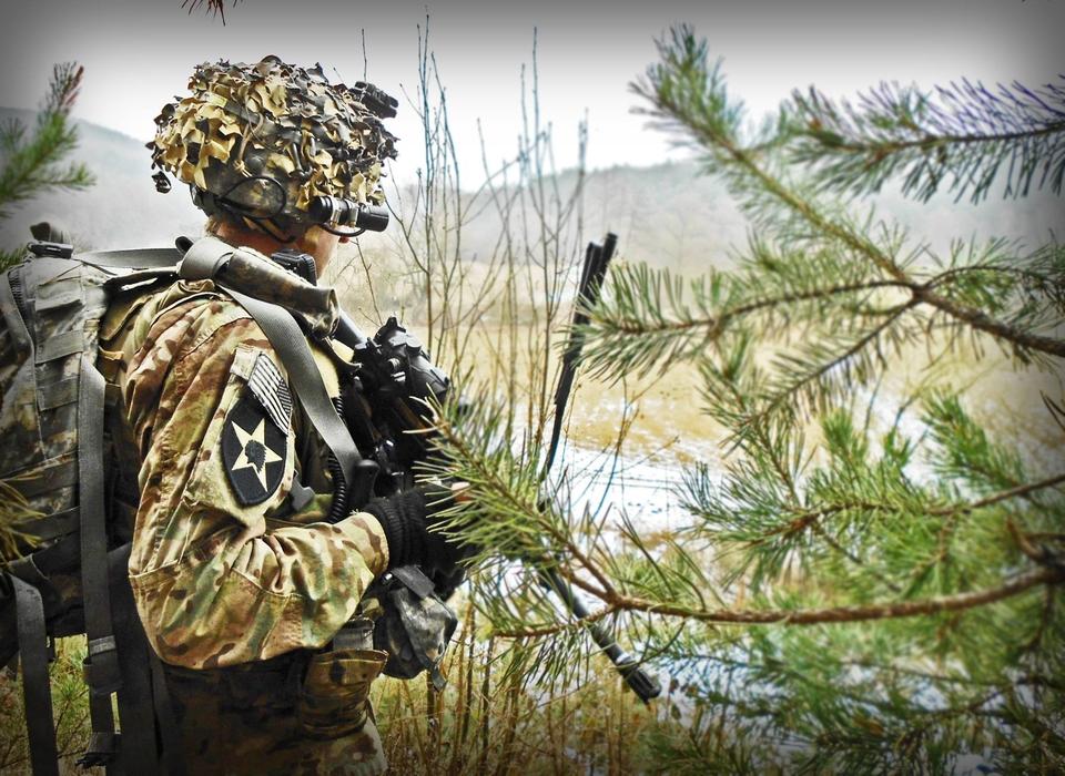 SGT Černý kontroluje perimetr při tradiční operaci Snowball v Chrástu u Plzně