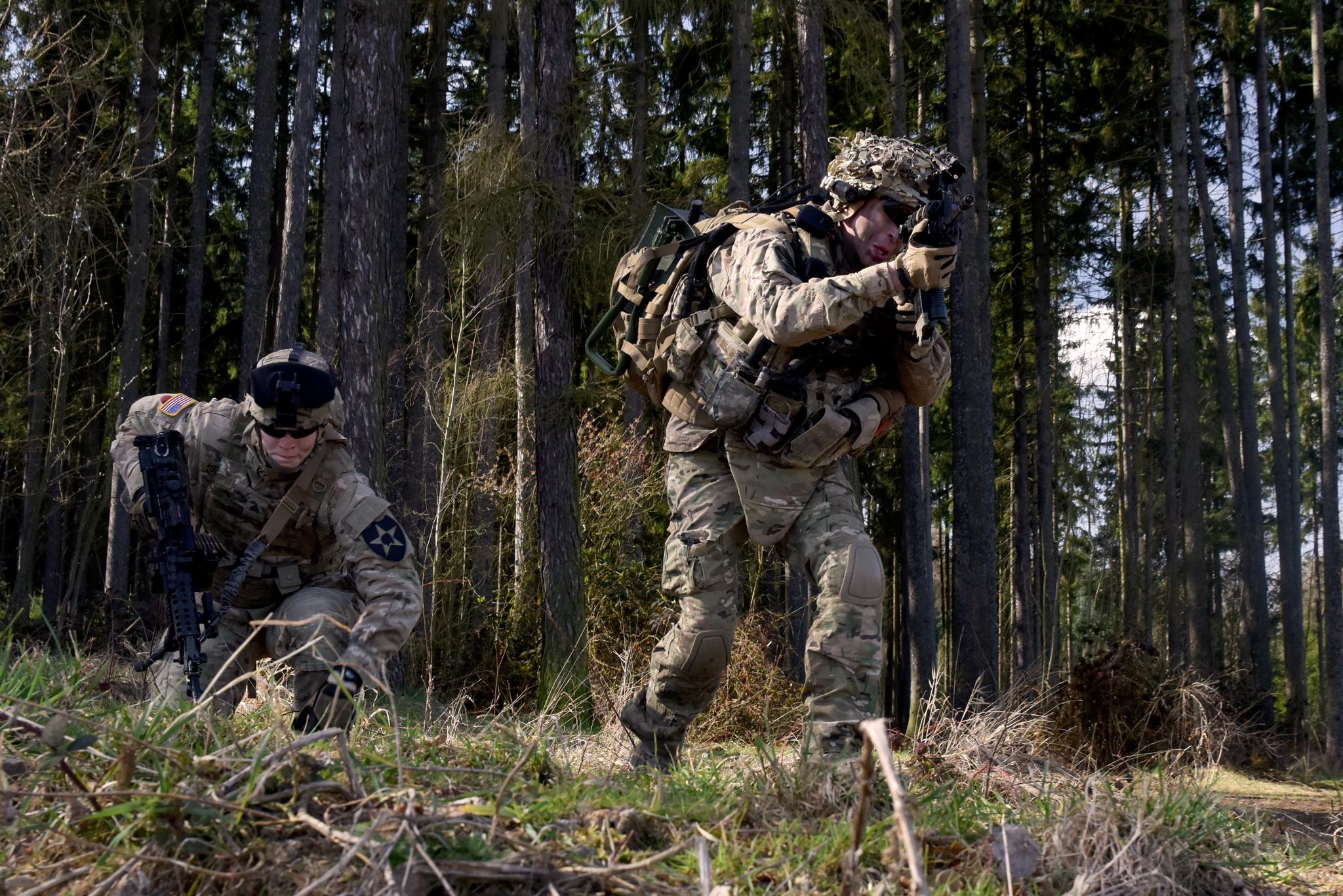 Vojáci 2IDAS vybíhají do útoku