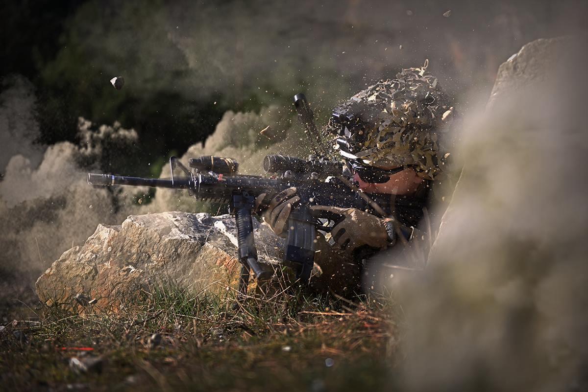SGT Černý odpovídá palbou na tvrdý útok