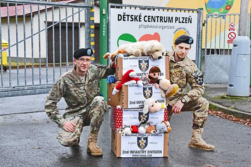 Tradiční vánoční dárek přinesli členové 2IDAS do Dětského centra v Plzni. ''Už po sedmé jsme zavítali o Vánocích do centra, abychom maličko zlepšili Vánoce dětem, které nemají rodinu,'' říka CPT Radek Syka, bývalý velitel jednotky a zakladatel této dobročinné aktivity.