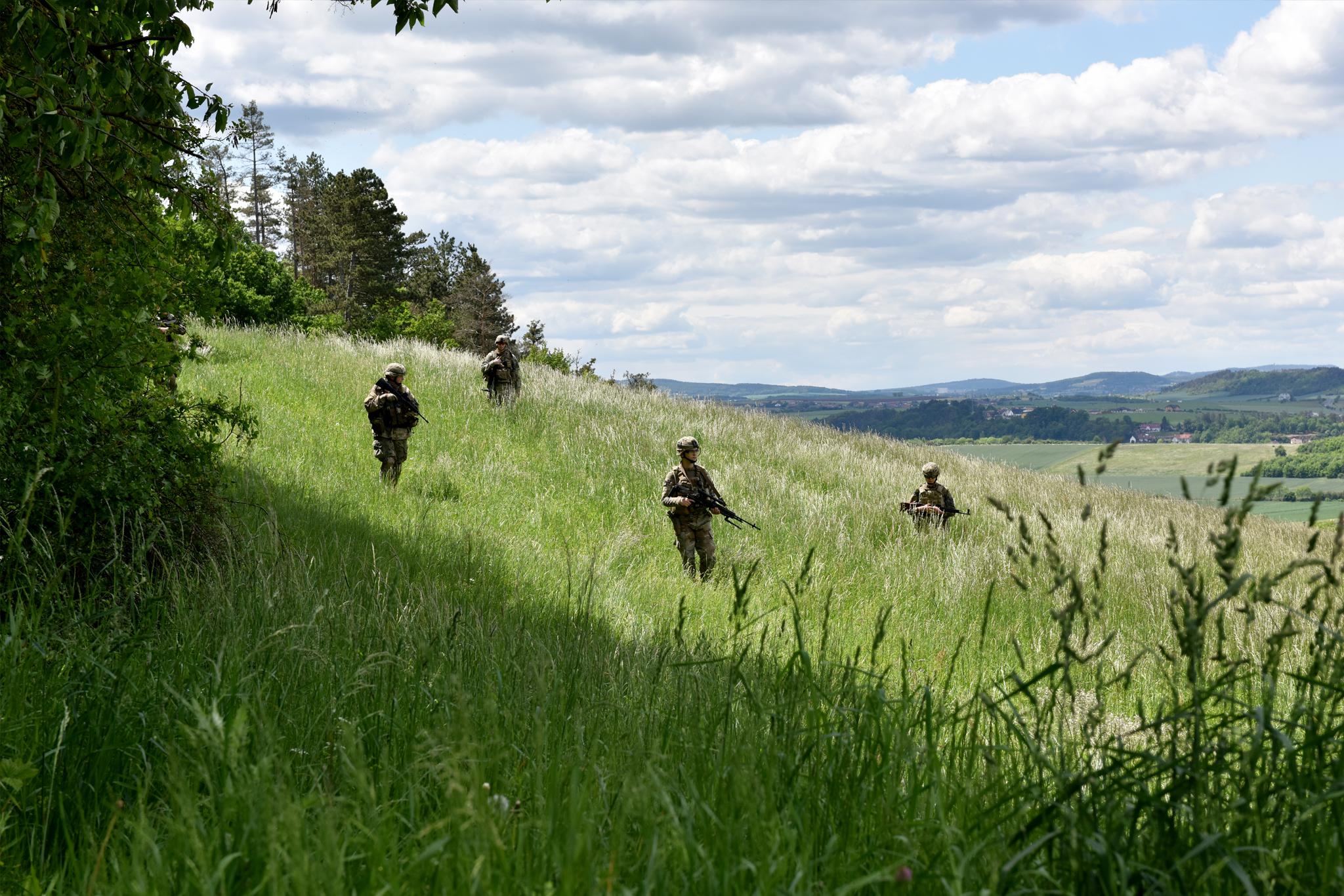 Vojáci 2ID(A) se přesunují ve formaci v rámci bojového cvičení.