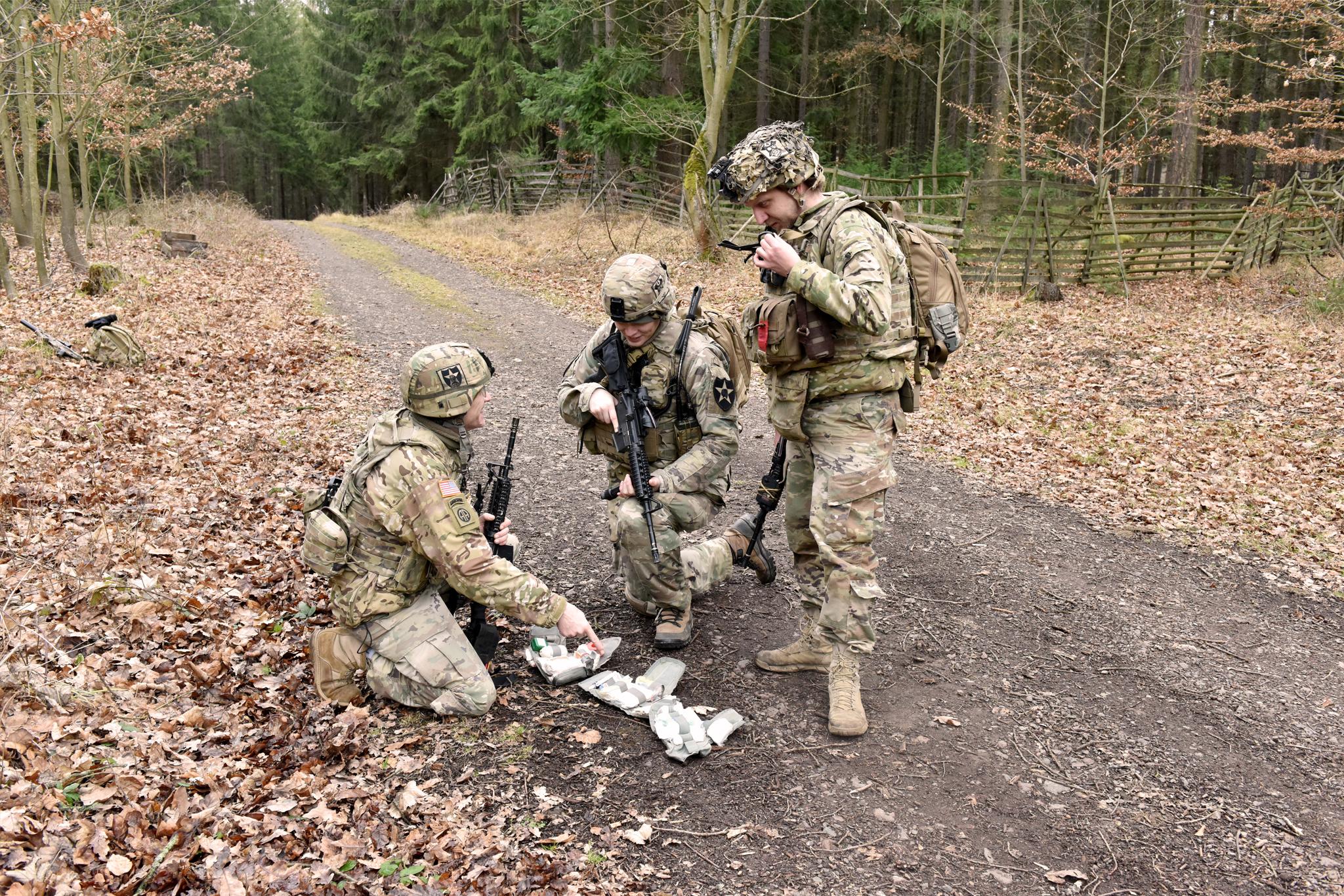 Kontrola lékárniček. Každý voják 2IDAS má u sebe IFAK – Improoved First Aid Kit