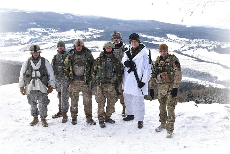 Vojáci 4BCT/2ID na vrchu Plešivec při tradičním postnovoročním přesunu trans Brdy. Letos nám po dlouhé době přálo počasí - sníh a teplota (aktuálně naměřená na vrchu plešivec -18 stupňů Celsia) udělala z přesunu skutečně zajímavou akci.