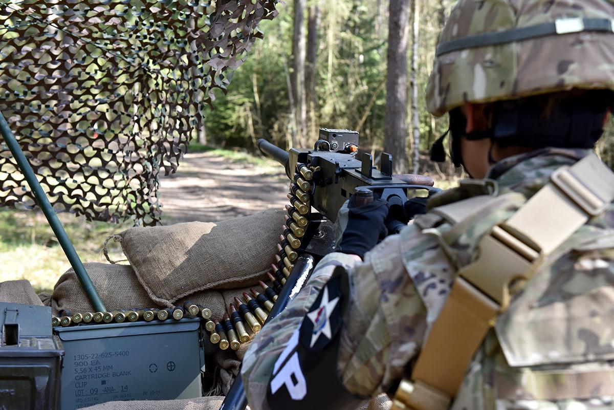 Brána Checkpointu - vojenský policista druhé pěší s kulometem M2HB