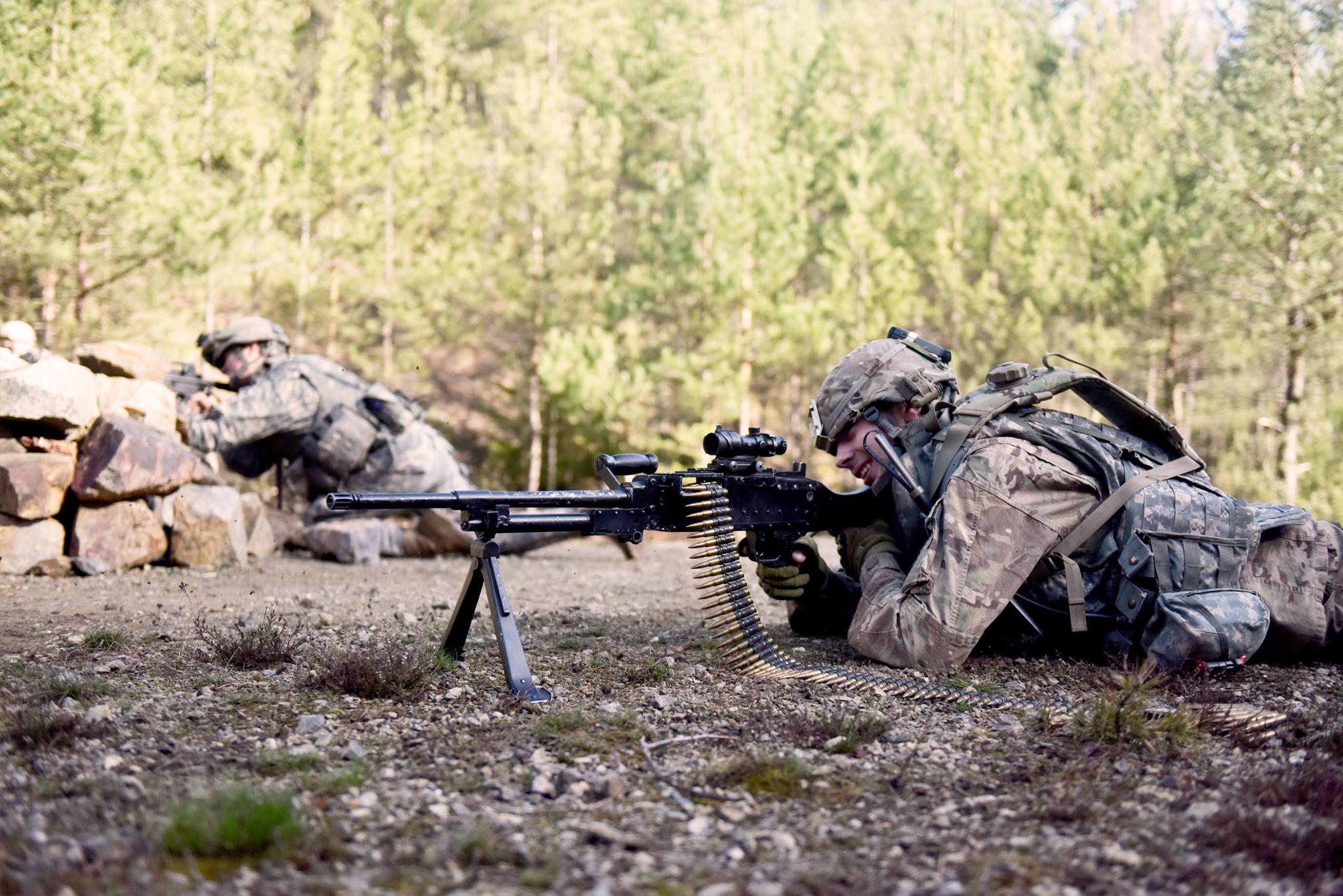 Machine gun team v akci. Zbraň je airsoftová verze kulometu M240b