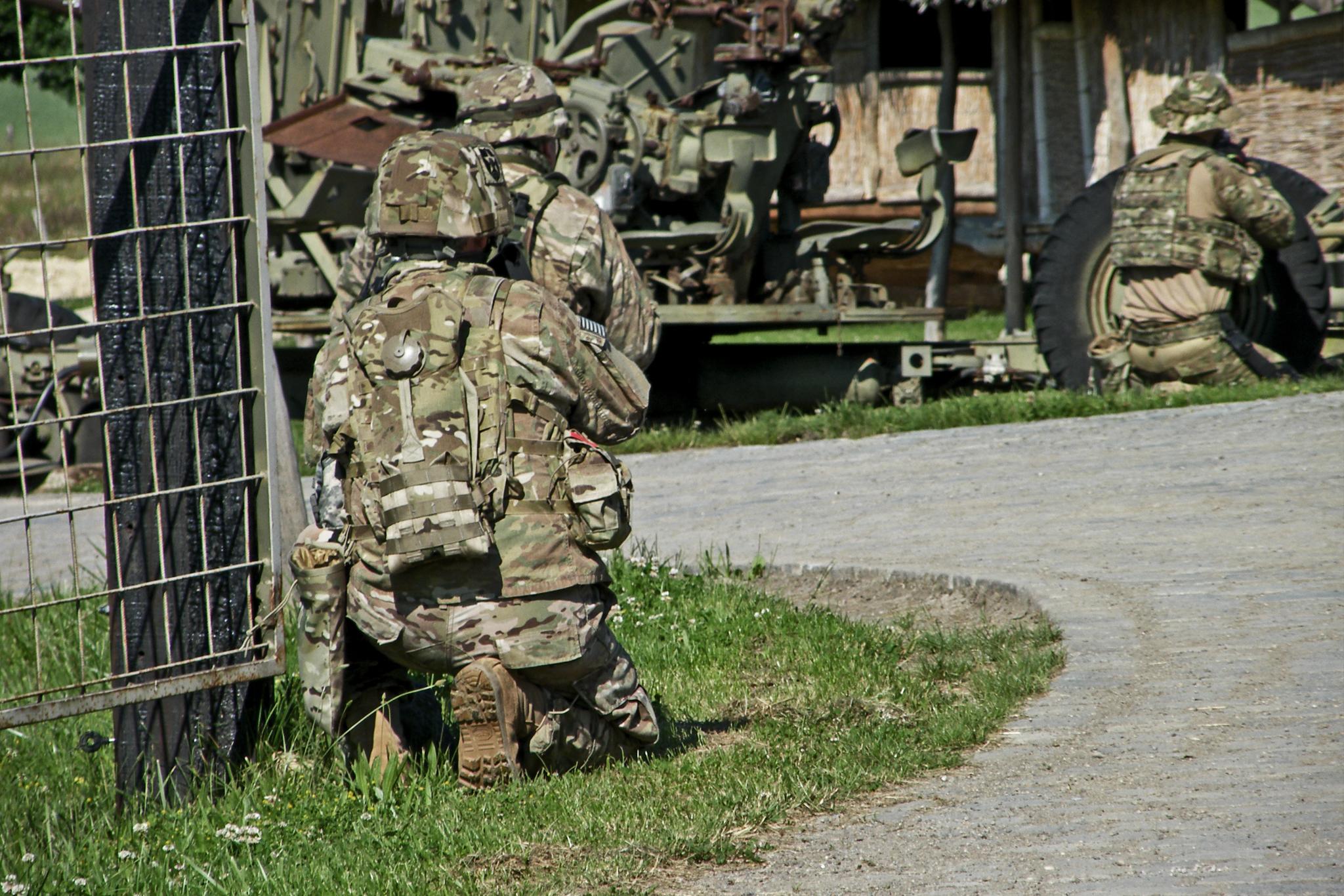 Vojáci 2ID(A) při průzkumu nepřátelských postavení.